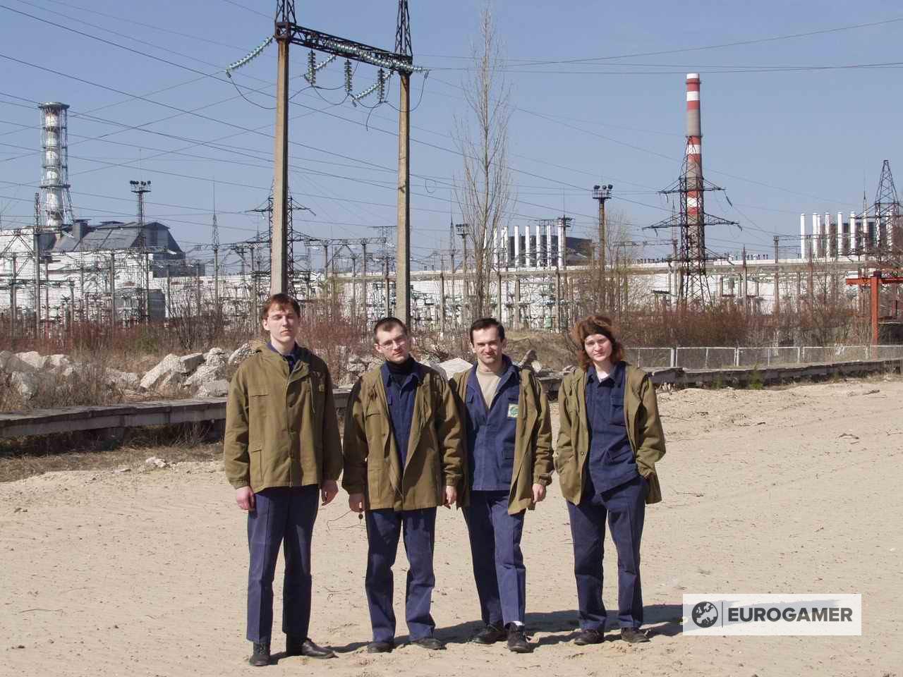 Команда разработчиков S.T.A.L.K.E.R. у Чернобыльской АЭС в 2001 году