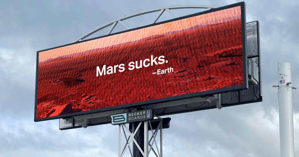 Перед штаб-квартирой SpaceX разместили щит «Марс — отстой»