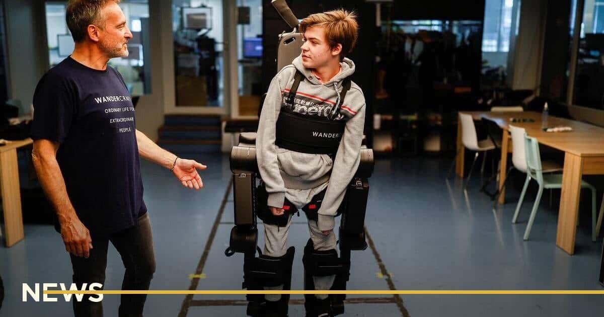 Інженер створив екзоскелет з голосовим керуванням для паралізованого сина